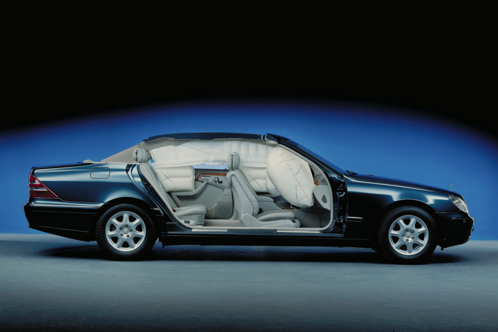 Die Mercedes-Benz S-Klasse der Baureihe 220 ist bei ihrer Premiere 1998 serienmäßig mit acht Airbags ausgestattet: zwei Front-Airbags für Fahrer und Beifahrer, insgesamt vier Sidebags vorn und im Fond sowie der neu entwickelte Windowbag auf beiden Seiten.   The Mercedes-Benz S-Class of model series 220 was equipped with eight airbags as standard at its première in 1998: two front airbags for the driver and front-passenger, four side airbags in total at the front, and the newly developed window airbag on both sides in the rear.