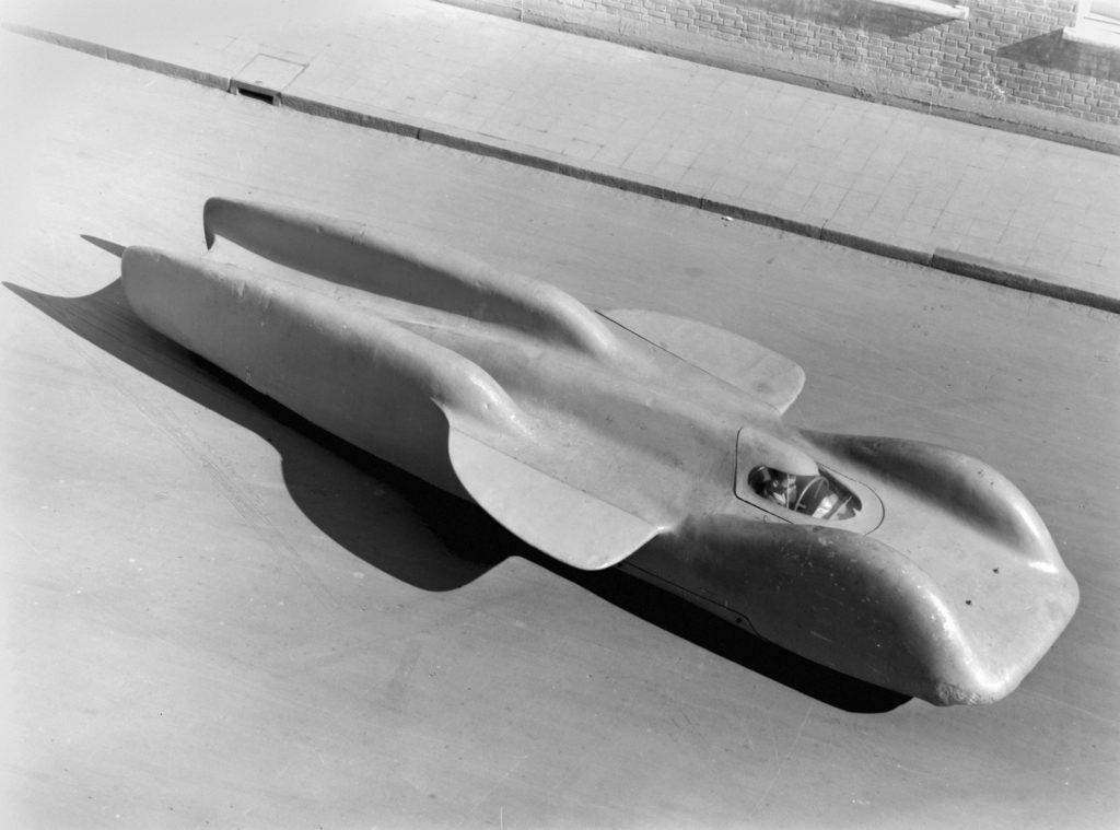 Rekordwagen Mercedes-Benz T 80, Gesamtaufnahme mit aufgesetzter Karosserie. Ansicht von erhöhtem Standort, links vorne.   Mercedes-Benz T 80 world record project vehicle, overall view with mounted body. Photo from 1953.