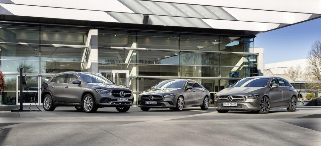 Mercedes-Benz GLA  &  CLA 250 e; Kraftstoffverbrauch kombiniert: 1,8-1,5 l/100 km, Stromverbrauch kombiniert: 16,1-15,1 kWh/100 km, CO2-Emissionen kombiniert: 42-35 g/km   Mercedes-Benz GLA  &  CLA 250 e; Combined fuel consumption: 1.8-1.5 l/100 km, combined electrical consumption: 16.1-15.1 kWh/100 km, combined CO2 emissions: 42-35 g/km