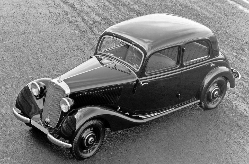 Mercedes-Benz 170 V (W 136), präsentiert im Februar 1936 auf der IAMA in Berlin. Es ist der verkaufsstärkste Mercedes-Benz Personenwagen vor dem Zweiten Weltkrieg. Insgesamt gibt es sechs Pkw-Karosserievarianten. Das Foto zeigt die Limousine mit vier Türen in der ab 1937 gebauten Ausführung. Außerdem entstehen Nutzfahrzeugvarianten auf Basis des 170 V. (Fotosignatur der Mercedes-Benz Archive: 31473)   Mercedes-Benz 170 V (W 136), unveiled in February 1936 at the IAMA in Berlin. This was the bestselling Mercedes-Benz passenger car before the Second World War. There were a total of six passenger car body variants available. The photo shows the version of the four-door saloon built from 1937. There were also commercial vehicle variants based on the 170 V. (Photo signature in the Mercedes-Benz archive: 31473)