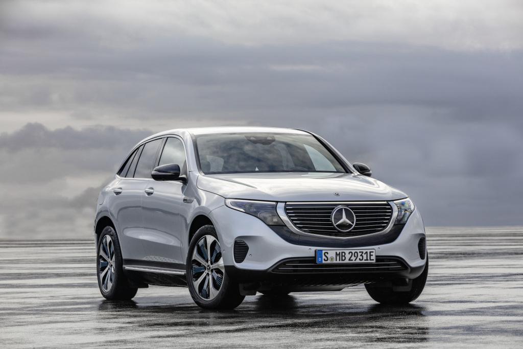 Mercedes-Benz EQC 400 4MATIC, (BR N293) / Hightechsilber / Interior: Electric Art / Der neue Mercedes-Benz EQC - der erste Mercedes-Benz der Produkt- und Technologiemarke EQ. Mit seinem nahtlosen klaren Design ist der EQC ein Vorreiter einer avantgardistischen Elektro-Ästhetik mit wegweisenden Designdetails und markentypischen Farbakzenten außen wie innen.;Stromverbrauch kombiniert: 22,2 kWh/100 km; CO2 Emissionen kombiniert: 0 g/km, Angaben vorläufig*  Mercedes-Benz EQC 400 4MATIC, (BR N293) / hightech silver / Interior: Electric Art / The new Mercedes-Benz EQC - the first Mercedes-Benz under the product and technology brand EQ. With its seamless, clear design, the EQC is a pioneer for an avant-garde electric look with trailblazing design details and colour highlights typical of the brand both inside and out.;combined power consumption: 22.2 kWh/100 km; combined CO2 emissions: 0 g/km, provisional figures*